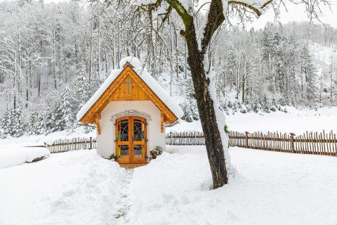 historisches objekt kapelle im winter